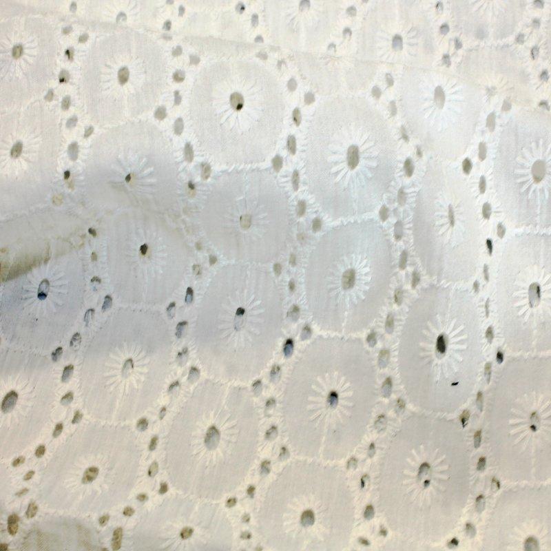 Baumwollgewebe mit Lochstickerei ecru